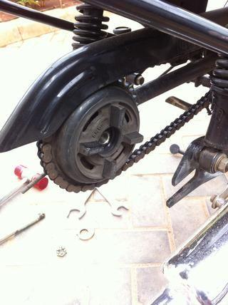 La rueda trasera puede ser fácilmente sacado por la inclinación de la bicicleta a la izquierda de la motocicleta. Ahora se ve el montaje de la cadena y el freno de aquí. Usted puede optar por no quitar los eslabones de la cadena.