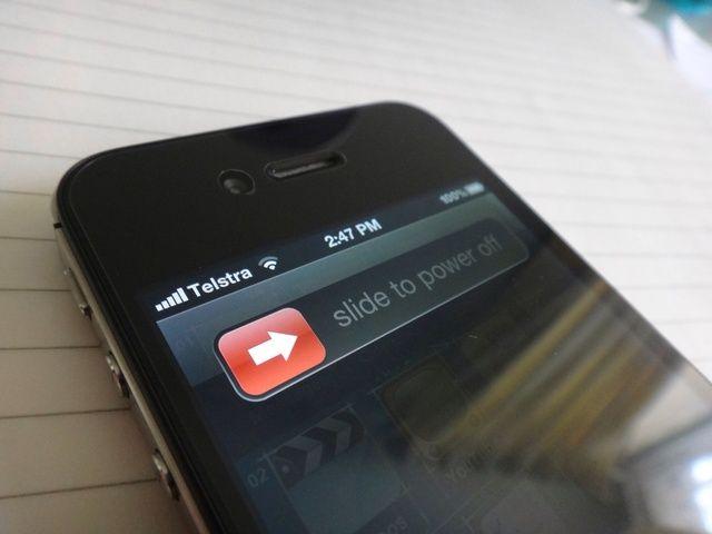 Antes de intentar abrir tu iPhone, cambiar totalmente fuera del dispositivo manteniendo pulsado el botón de encendido hasta
