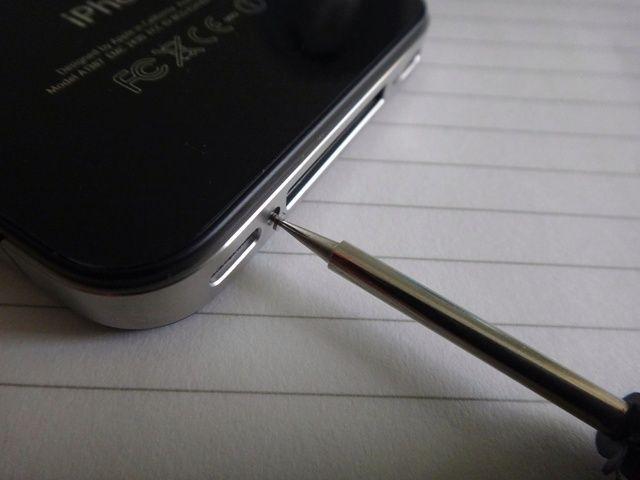 Retire con cuidado los tornillos con un destornillador.