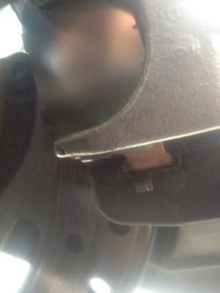 Instalar nuevas pastillas de freno interior con la misma orientación que había eliminado previamente. Hacer lengüeta de montaje frontal Seguro está sentado en el clip de retención con la almohadilla de fricción frente rotor. ***