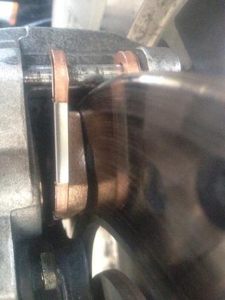 Instale la nueva zapata de freno exterior utilizando misma orientación como plataforma eliminado previamente. Hacer lengüeta de montaje frontal Seguro está sentado en el clip de retención y la almohadilla de fricción se enfrenta rotor.