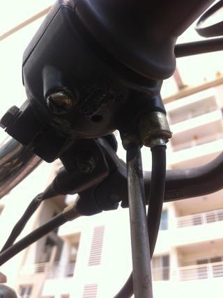 También se elimina el segundo tornillo que fija el soporte del acelerador.