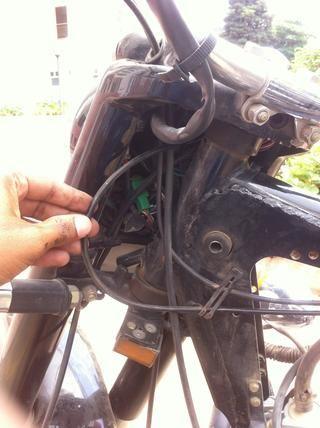 Incline el manillar lejos de usted y tire del cable como se muestra en la imagen.