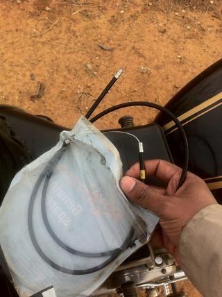 Abre un nuevo cable del acelerador. Siempre almacenar uno en su caja de herramientas.