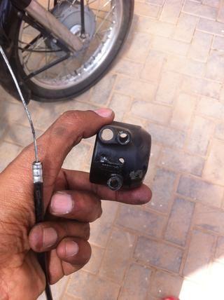 Ponga el cable por el orificio del soporte del acelerador