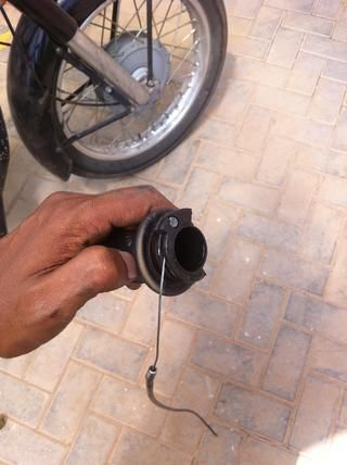 Enganche la cabeza del cable en la ranura y guiarla en las ranuras de tracción curvadas.