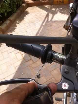 Empuje el mango del acelerador a la profundidad máxima en el manillar.