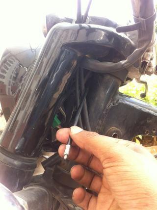 Gire la manija y tire suavemente para que el cable sale de cuerpo entero sin mucha resistencia.