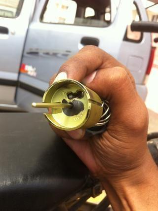 Una vez insertado a través del gran agujero deslice la cabeza del cable en la ranura de gancho pequeño.
