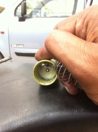Empuje el clip para fijar el cable en su lugar.