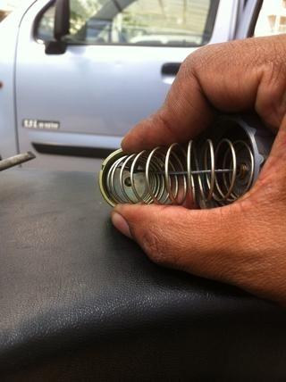 Suelte el muelle para completar el conjunto de cabeza de carburador.