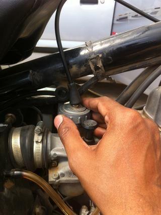 Inserte el montaje y gire la tapa hacia la derecha hasta que quede apretado.
