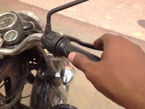 Inspección de juego de rotación y el asiento del pistón del carburador en el interior del orificio del carburador.