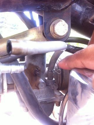 Empuje el clip hacia la parte posterior de la tubería de combustible por lo que don't loose it.