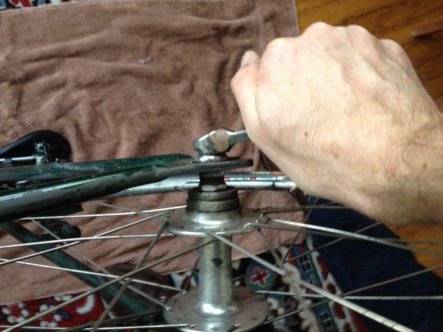 Afloje los dos tornillos (o pincho) en la rueda trasera y quitar la rueda trasera de la moto.