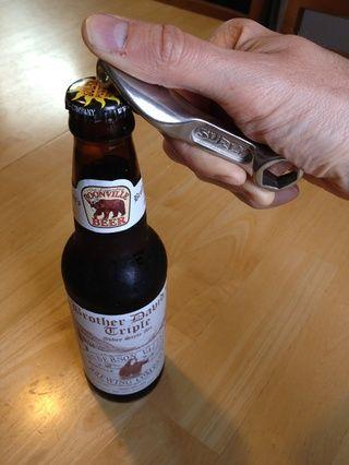 Ahora estallar abierto una cerveza fría. La mecánica de la bici profesionales siempre tienen una sabrosa cerveza artesanal en la mano mientras trabajan. Con un poco de suerte su llave de 15mm ha construido en un abridor de botellas por esta misma razón.