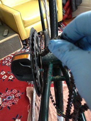 Retire la cadena de la bicicleta y guardarla para que podamos tamaño de la nueva cadena. Para bicicletas con varias velocidades, tome nota de cómo se coloca la cadena a través de los descarriladores delanteros y traseros como se quita la cadena.