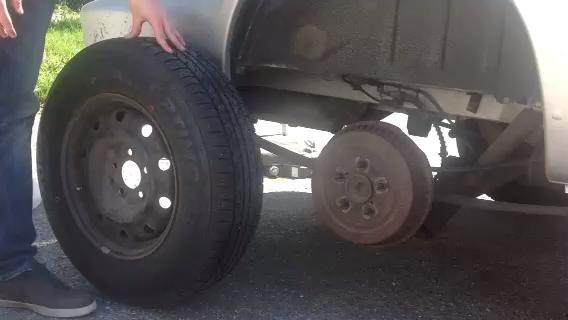 Ponga su nuevo neumático de su vehículo, así como el tapacubos.