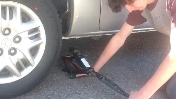 En este paso, se le Montaje del gato del coche a su vehículo.