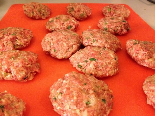 Formar las hamburguesas con las manos. Calentar un poco de mantequilla y (de oliva) de aceite en una sartén.