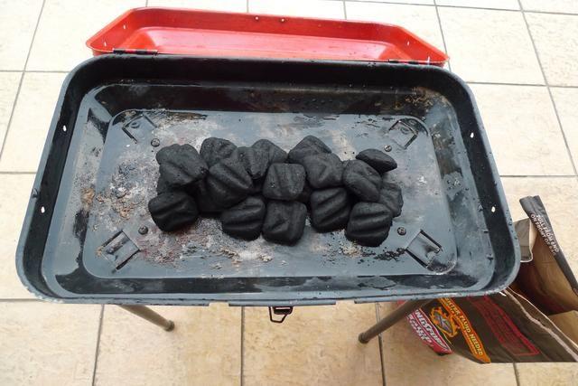 Para preparar la parrilla, primeras briquetas lugar de carbón en el centro de la parrilla.