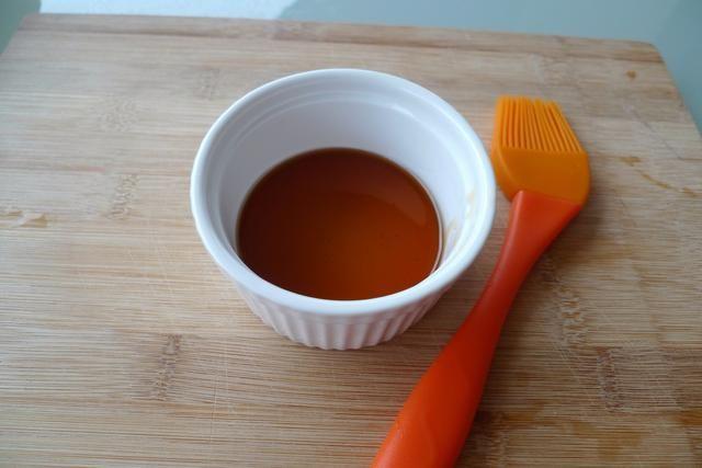 Verter la miel en un tazón. Esto se usa para cepillar la parte superior de las alas de pollo a la parrilla cuando se cocina ACERCA DE.