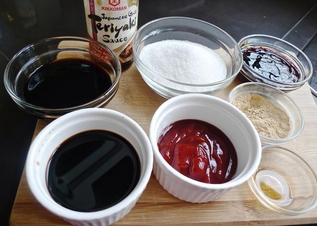 A continuación, preparar la salsa para marinar las alitas de pollo.
