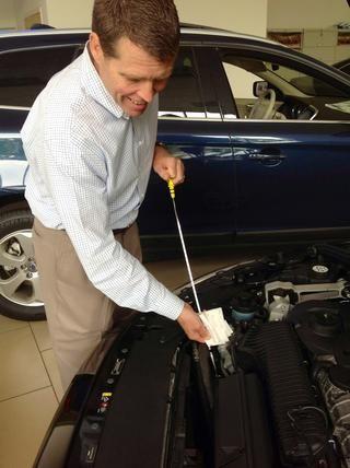 Coloque la varilla de medición de todo el camino de vuelta en el coche