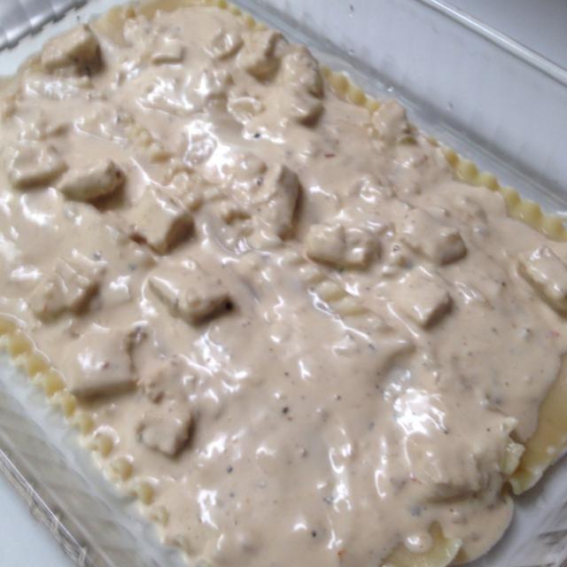 Añadir el pollo y Alfredo mezcla en la primera capa- Extender uniformemente.