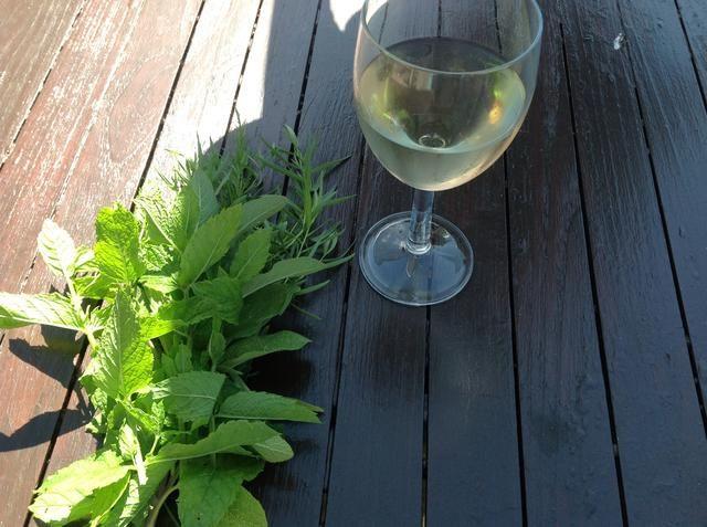 Picar algunas hierbas para ir con el domingo asado, y sírvete un vaso grande de preciosa refrigerados Vino Sol, uno de los blancos españoles más secos