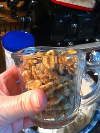 El siguiente paso será las nueces y la vainilla. Mida 1 taza de nueces.