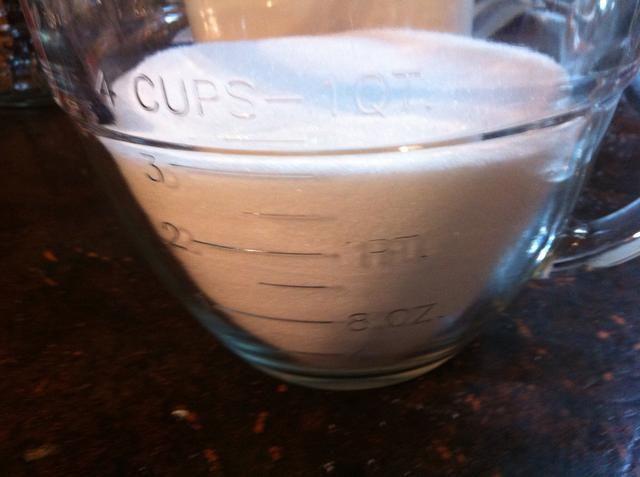 Mida 3 tazas de azúcar granulada.