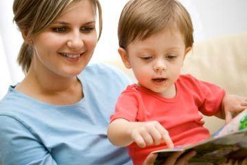 Niñera lectura para los niños pequeños.