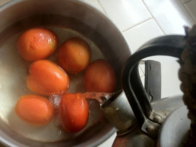 Preparar 500gr de tomates frescos maduros (mejor) en un recipiente aparte. Trae un poco de agua a hervir y añadir a la taza de tomate. Cubrir con la tapa y se deja reposar unos 10 mins hasta que la piel a aflojar