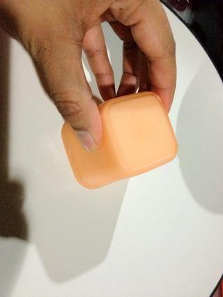 Ejecute delgado filo de la navaja aroud del molde y agítelo suavemente para liberar panna cotta