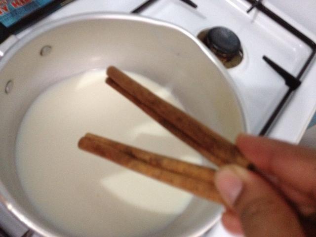 Añadir en 2 palo de canela @ 5cm. Llevar a ebullición y dejar que repose durante al menos 10 mins para infundir el sabor de canela a la leche