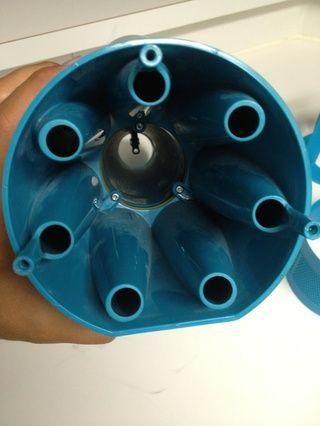 Limpie esto con la manguera de agua. Pulverizar el interior de las aberturas de los ciclones también.