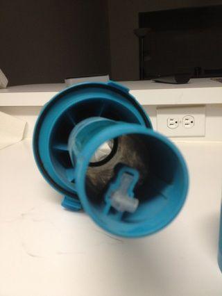 Esto es lo que se quedan con. Limpie esta y todas las partes que ya han eliminado. Tenga cuidado de no romper la pieza interior del cilindro es lo que la barra de la manija fija a.