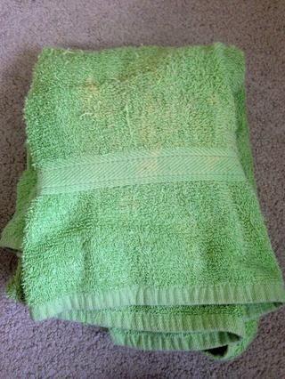 Tener una toalla a mano junto a usted durante el procedimiento de limpieza.