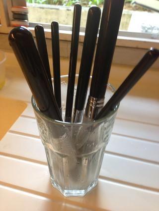 Ponga los pinceles en un vaso alto con vistas al cepillo de abajo! De esta manera se evitará que el agua de estar sentado en la base de la cola lo que hará que el pelo caiga demasiado pronto. Deje que se seque en la zona de flujo de aire