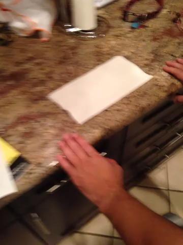 Envuelva la toalla de papel alrededor de su dedo índice.
