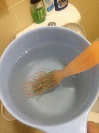 A continuación, obtener agua tibia o caliente (me pongo caliente en lugar, figurado'd *clean* it more) into the small bucket and dump your dirty hairbrush. Let it stay there for 5-10 mins.