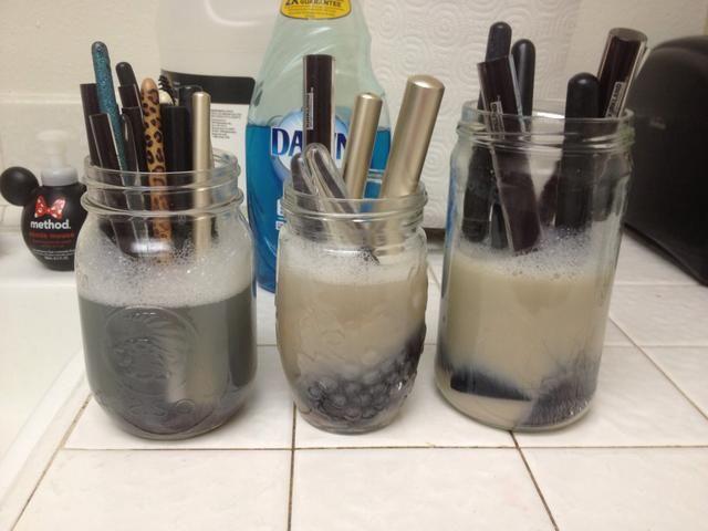 Coloque los cepillos, cerda lado de abajo, en la mezcla y dejar en remojo durante 5 minutos. El producto se acaba de salir de los cepillos.