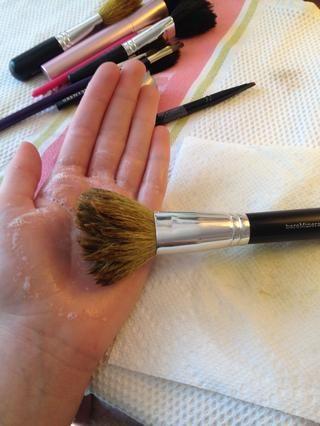 Vuelva a mojar el cepillo y vierta una pequeña cantidad de jabón en la palma de su mano (la cantidad depende del tamaño de la brocha) enjabonar el cepillo durante unos 30 segundos.