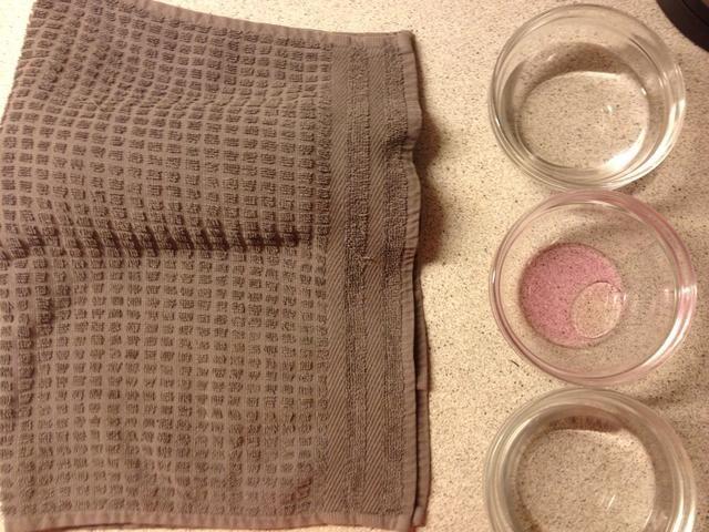 Ponga agua caliente en dos cuencos y poner noveno petróleo y 8/9 jabón de desinfección en el último. Poner algo debajo de su toalla.