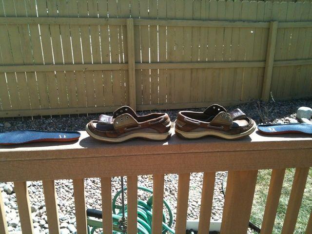 Después del lavado, ponga sus zapatos en el sol para secar. Felicidades, usted acaba de limpiar sus Sperrys.