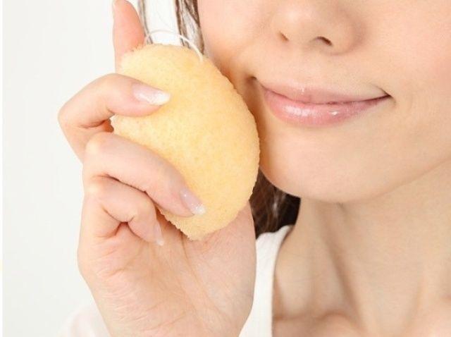 Cómo limpiar su cara Uso de la japonesa Konjac Esponja