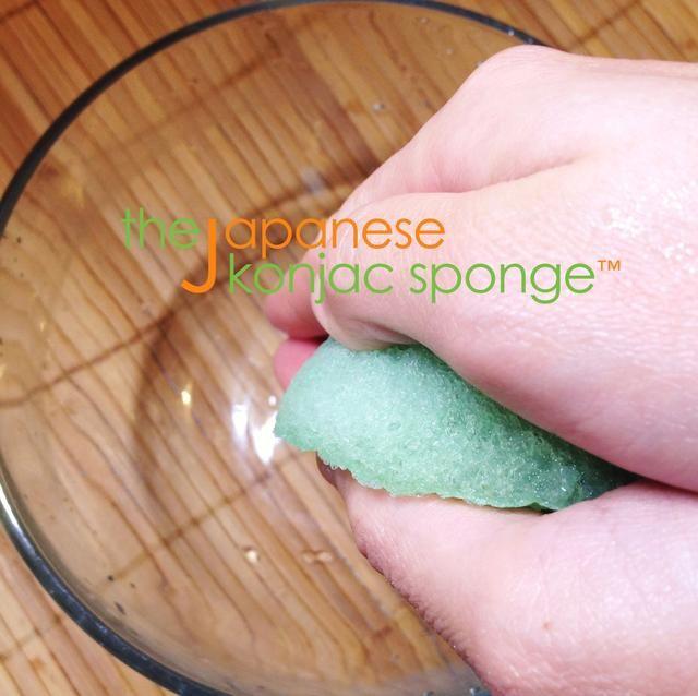 Con las manos limpias, pulse la esponja suavemente entre las palmas para drenar el agua. No tuerza, apretón, estirar o presione la esponja con demasiada fuerza, ya que puede dañar la esponja.