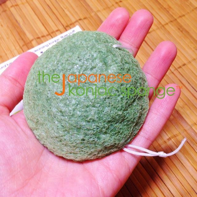 En primer lugar, desenvolver el seco Konjac Esponja de su envoltorio.