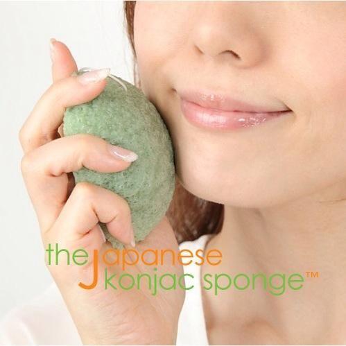 Masajear suavemente la cara con la esponja en movimiento circular y hacia arriba. Evite duro roce en la piel, acné o alrededor del área de los ojos.